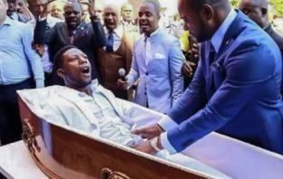 Demandan a pastor sudafricano por supuestamente resucitar hombre en funeral