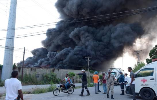 El fuego provocó una humareda que se podía percibir desde sectores del Distrito Nacional.