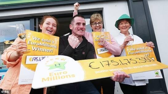 Familia irlandesa mantuvo boleto de lotería de 175 millones de euros debajo de un colchón