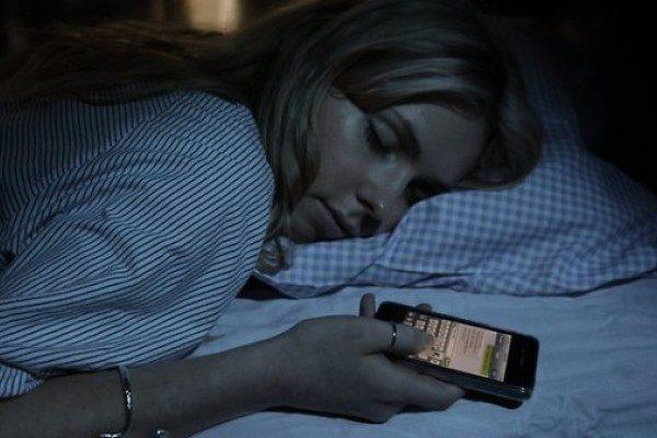 Por que no debes dormir con el celular bajo tu almohada