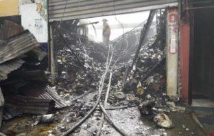 Fuego destruye una fábrica textil y varias viviendas en Santiago