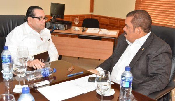 En el encuentro estuvieron presentes los senadores Adriano Sánchez Roa y Amílcar Romero.