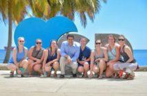 El alcalde David Collado junto a varias turistas en el nuevo Malecón