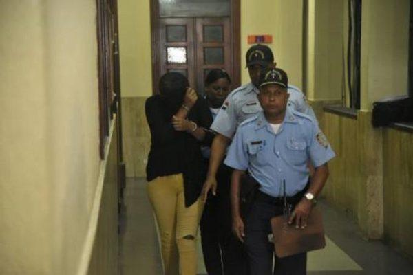 Fatín Leonarda Falcón Alvino es condicida por la policía judicial, luego de la audiencia.