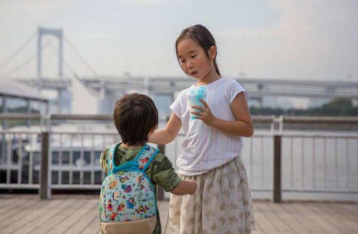 """El Gobierno de Japón revisará su legislación para prohibir los castigos físicos a los niños por parte de sus padres o tutores legales, tras dos incidentes que causaron la muerte de menores y pusieron de relieve la falta de medidas para evitar estos casos, según recogen hoy los medios nacionales. El Ejecutivo que lidera Shinzo Abe tiene previsto revisar la normativa vigente, que prohíbe el maltrato infantil aunque no estipula con claridad qué tipo de casos pueden considerarse como castigo corporal, señalaron fuentes gubernamentales a la agencia local Kyodo. La iniciativa legislativa llega después de las muertes de dos menores tras sufrir este tipo de castigos por parte de sus padres, casos que han tenido un gran impacto social y que incluso atrajeron la atención del Comité de los Derechos del Niño de Naciones Unidas. El pasado marzo, una niña de 5 años falleció en Tokio tras ser víctima de continuados abusos y negligencias en su hogar, después de que su padrastro fuera detenido en dos ocasiones por maltratarla y de que su madre impidiera a los servicios sociales visitar a la menor. En enero, otra niña de 10 años murió en Chiba (este de Tokio) después de sufrir maltratos como ser privada de comida y de sueño por sus padres. Una investigación posterior reveló que también en este caso los servicios sociales, la escuela donde estudiaba la niña y las autoridades locales estaban al corriente de la situación. La revisión legislativa tratará de reforzar la autoridad de los centros sociales de protección de menores, para dotarles de más competencias que agilicen la retirada de la custodia infantil a padres maltratadores, además de introducir una prohibición clara de emplear castigos corporales a menores para imponer disciplina. El pasado febrero, el Comité de Derechos del Niño de la ONU instó a Japón a """"dar prioridad a la eliminación de todas las formas de violencia contra los niños"""", y recomendó en particular habilitar medidas más efectivas para que las víctimas de los abuso"""