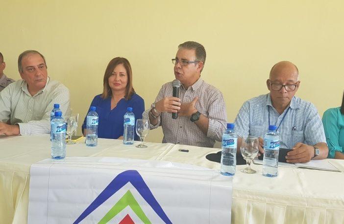 Los periodistas Luis José Chávez y José Rafael Sosa junto a las autoridades de Sosúa y Cabarete