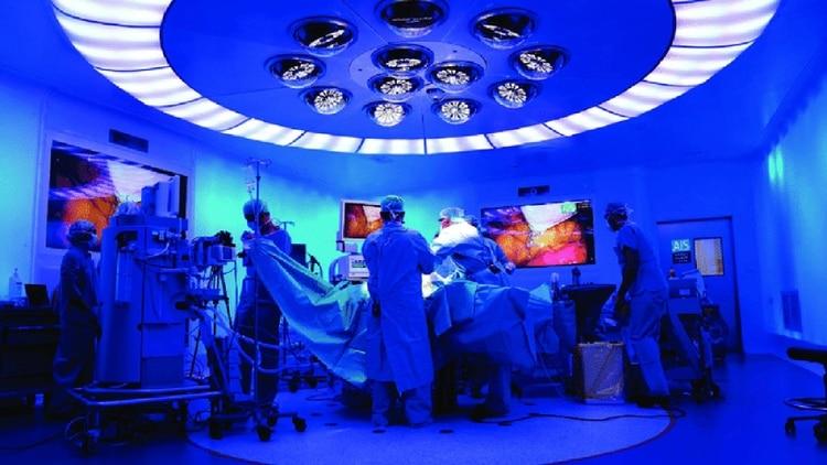 """El proyecto llamado """"Cirujano a distancia 5G"""" que se mostró en el Congreso de Móviles fue desarrollado por AIS Channel, Hospital Clínic y Vodafoney buscó mostrar el uso de la tecnología de quinta generación para hacer una intervención telasistida."""