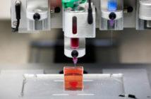 Una impresora 3D imprime lo que los científicos israelíes de la Universidad de Tel Aviv dicen que es el primer corazón de ingeniería vascularizada e impresa en 3D del mundo, durante una demostración en un laboratorio en la universidad, Tel Aviv, Israel, 15 de abril de 2019. REUTERS / Amir Cohen