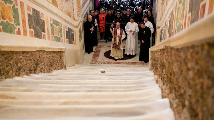 El cardenal vicario de Roma, Angelo De Donatis, bendijo la restauración de la Escalera Santa en Roma el jueves 11 de abril de 2019 (Foto AP/ Andrew Medichini)
