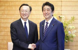 El consejero de Estado chino Yang Jiechi, izquierda, y el primer ministro japonés, Shinzo Abe, derecha