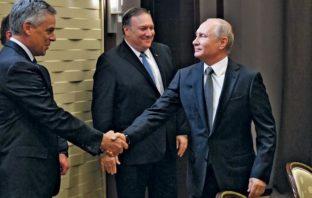 Vladimir Putin saluda al embajador Jon Huntsman mientras Pompeo observa.