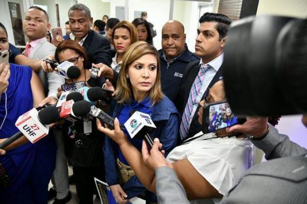 La fiscal Rosalba Ramos habla con los periodistas.