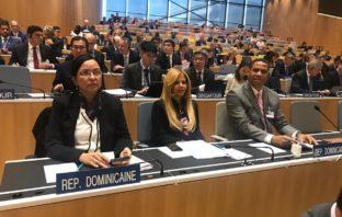 El director de la ONDA, doctor Trajano Santana, junto a los 1,000 delegados mundiales ante la asamblea de la OMPI.