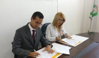 El ingeniero Wady Ramírez y la doctora Gricely Pozo firman el acuerdo.