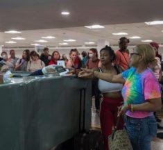 Miles de pasajeros varados en aeropuertos por no tener prueba PCR